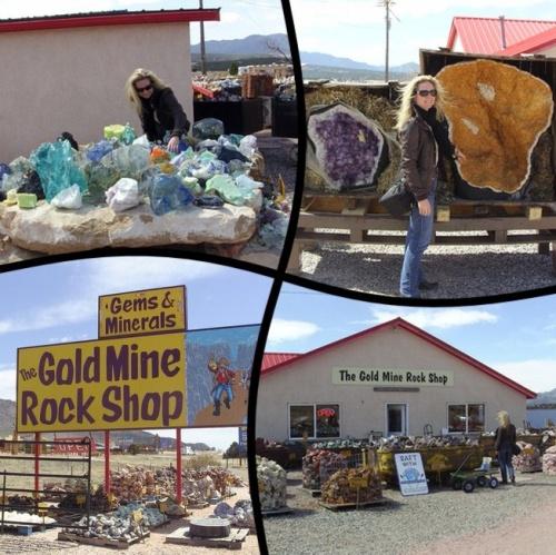 Ce magasin était riche en diverses pierres semi-précieuses dont les pierres de Turquoise et de Génuine que j'ai rapportées pour réaliser le collier