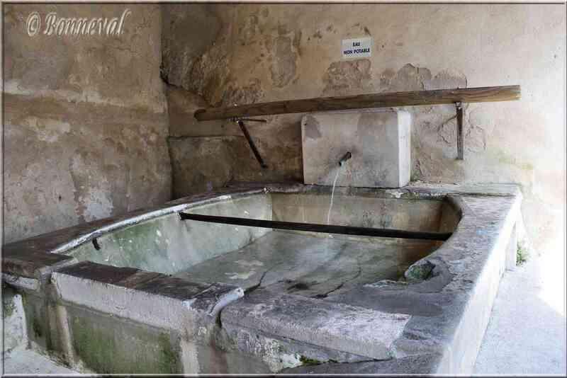 Fontaine du lavoir de la rue Sous les Campanes Lauris Vaucluse
