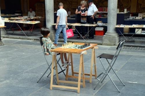 La petite fille aux échecs...