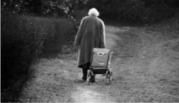 Une jeune caissière écolo voulait faire la leçon à une vieille dame, mais voici sa réponse…