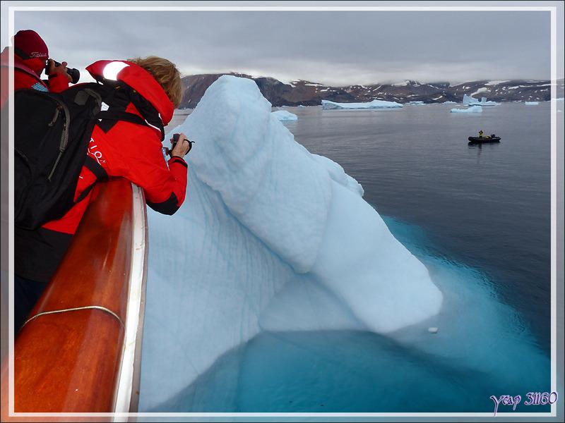 En attente du débarquement par Zodiac - Kullorsuaq - Upernavik - Groenland