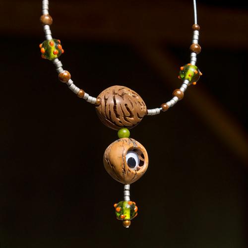 collier en perles et noix d'amérique