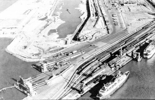 Les trains acheminaient les passagers jusqu'aux quais, de 1889 à 1995