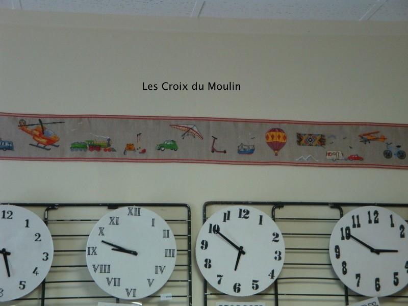 Une bannière avec les différents moyens de transport et les pendules réglées aux heures de differents pays