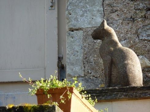 Des chats en pierre