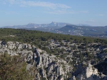 Du belvédère, vers le Nord, le massif de la Sainte Baume