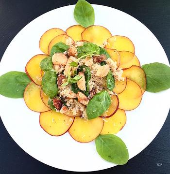 Salade de pêches & crabe, pousse d'épinard.