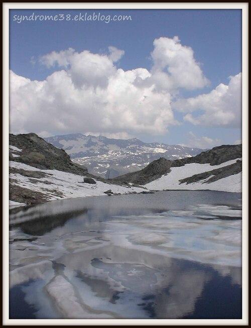 Le lac de Belledonne (2169 m) et les Grandes Rousses