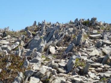 Sur l'arrête d'Añelarra. Progression sur ces pierres pointues et tranchantes...
