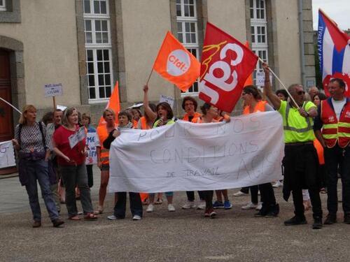 Les grévistes dénoncent la perte d'acquis sociaux et la dégradation de leurs conditions de travail suite à la fusion.