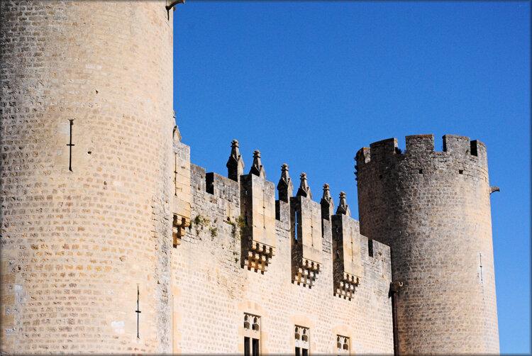 Côté gauche du château de Roquetaillade (Gironde)
