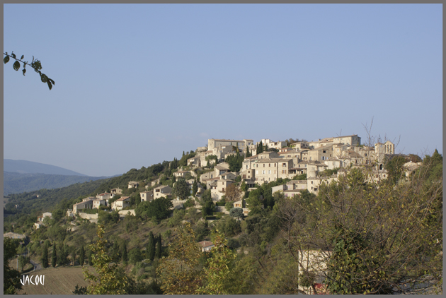 - Un si joli village: Lurs