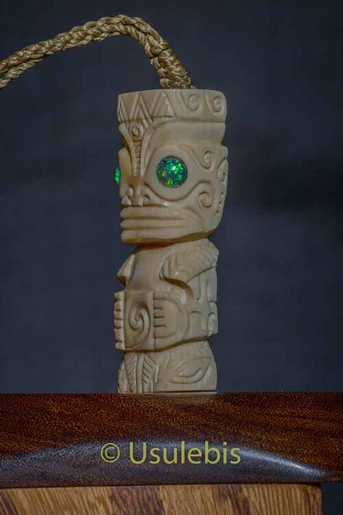 Pendentif Tiki en ivoire de Mammouth serti d'opales