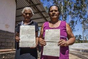 Deux femmes du village de Santa Fé dans la municipalité de Santa Filomena montrent leur titre foncier, septembre 2017. Les gens de Santa Fé vivent dans cette région de l'État brésilien de Piauí depuis plus de 200 ans, mais sont affectés par une récente vague d'accaparement des terres dirigée par un homme d'affaires brésilien et financée par des sociétés étrangères, telles que le Fonds de dotation de Harvard et le gestionnaire de Fonds de pension américain TIAA. (Foto: Rosilene Miliotti / FASE)