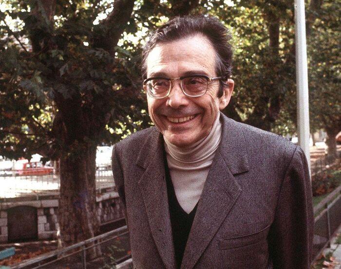 Dans la rue où il a été assassiné  Une plaque a été apposée  à Paris  à la mémoire d'Henri Curiel