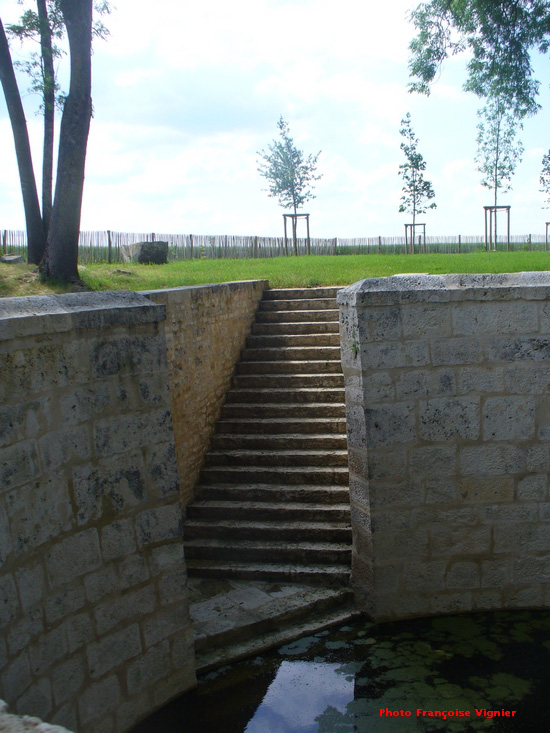 Remise de diplôme à la commune de Coulmier-le-Sec pour la restauration du bassin et du puits de La Fosse.