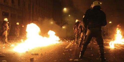 Grèce: malgré la résistance de la rue, Athènes adopte l'austérité