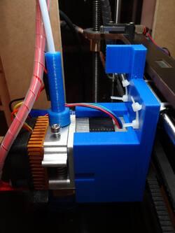 2016-08-27 : Un nouveau charriot porte-extrudeuse pour l'imprimante QUBD TwoUp
