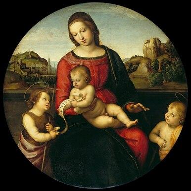 Tableau en couleur. Dans un cadre de rochers, une femme assise porte sur les genoux un bébé nu. De chaque côtés un enfant auréolé l'admire.