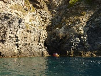 Entrée dans la première grotte
