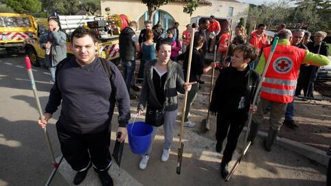 Des bénévoles s'apprêtent à nettoyer des logements sinistrés à Biot (Alpes-Maritimes), le 5 octobre 2015.