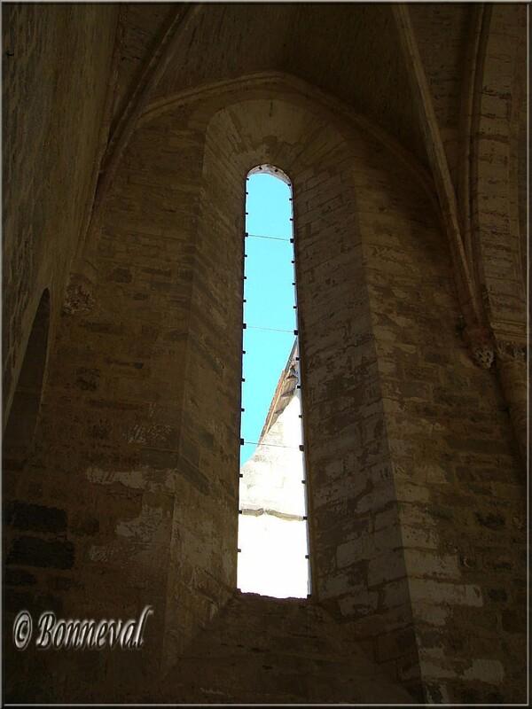 Abbaye de Beaulieu-en-Rouergue abbatiale vitrail évoquant la sobriété cistercienne
