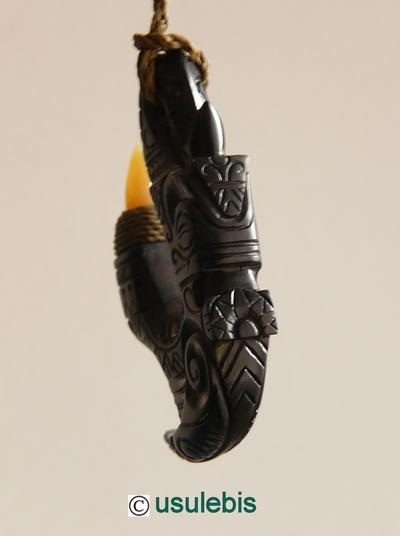 Blog de usulebis : Usulebis ,Artisan créateur de bijoux polynésiens , contact : usulebis@hotmail.fr, Pendentif Hei Matau Tiki en ébène (pointe en Opale)