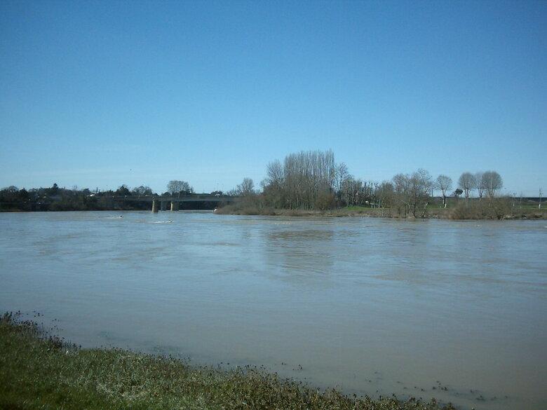 La Garonne est appelée à tort fleuve gascon alors que son bassin appartient principalement à la Guyenne. Le nom Garumna vient de kar qui signifie gros rocher et onna, source.