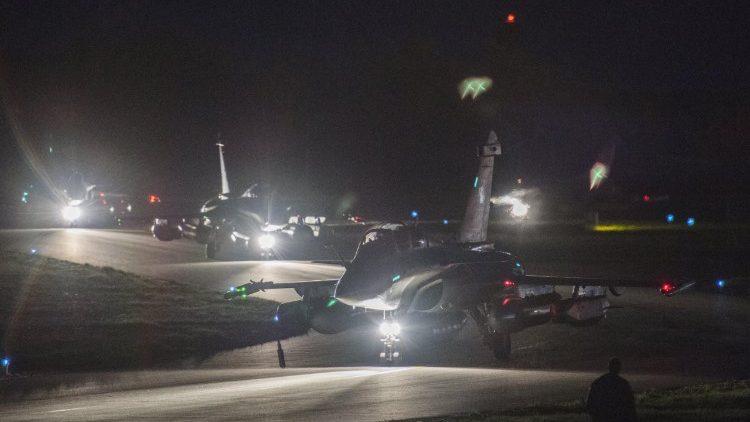 """Des avions """"Rafale"""" s'apprêtant à décoller de la base de Saint-Dizier, en France, le 13 avril 2018."""