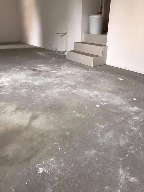Application du micro-béton sur un sol et escalier