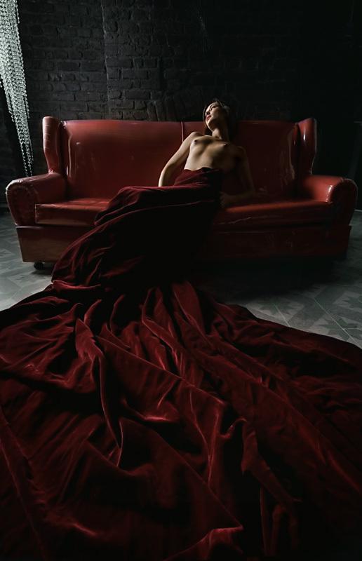 vetue dans les plis de ta robe renee vivien rouge drape tissu sirene femme nue allongee canape