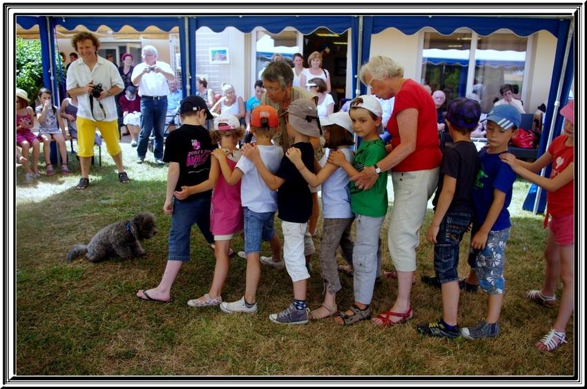 Suite de la journée :   démonstration à la maison de retraite avec l'agréable participation des enfants du centre aéré
