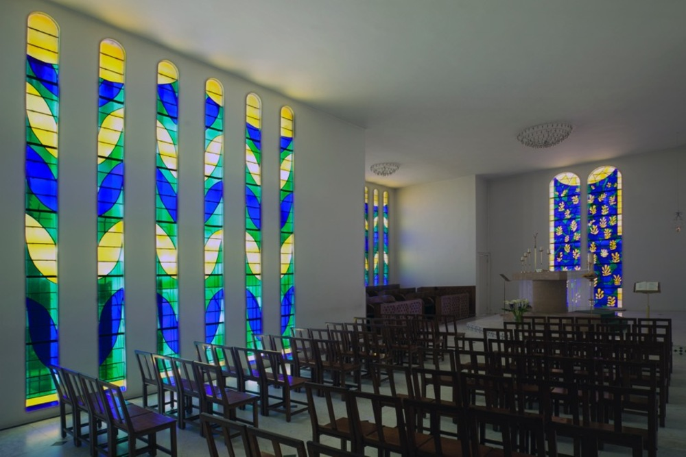 6 larges vitraux pour l'espace fidèles et 9 vitraux plus étroitspour l'espace des Soeurs Dominicaines