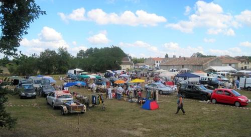Le stand Activ'Ados au vide grenier de Saint-Morillon le 8 septembre