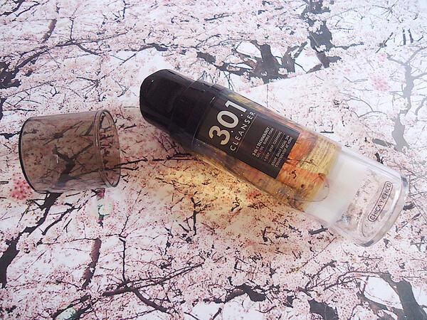 Le gel qui se transforme en huile démaquillante...qui se transforme en mousse nettoyante!