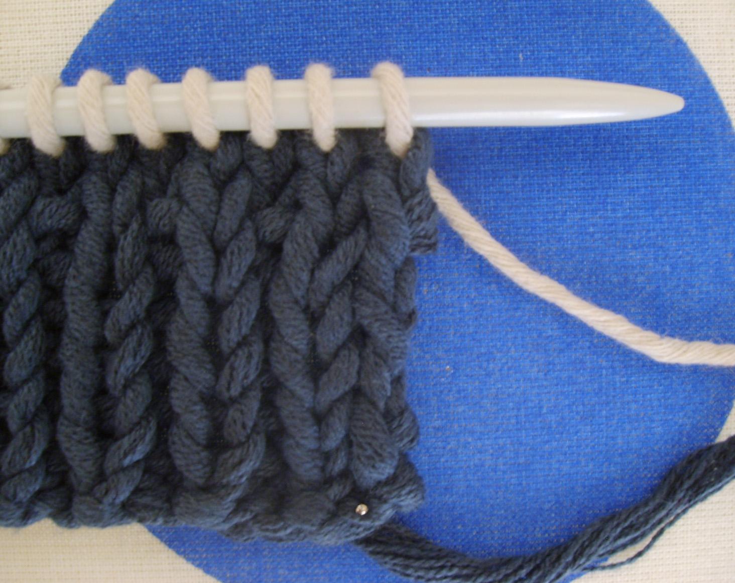 comment coudre une bande d'encolure sur un tricot