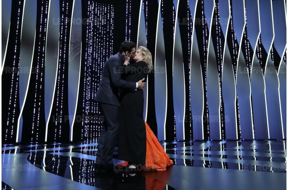 Le baiser entre Laurent Lafitte et Catherine Deneuve, lors de la cérémonie d'ouverture. Photo AFP/VALERY HACHE