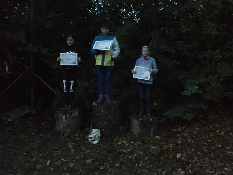 L'image contient peut-être: 3 personnes, personnes debout, arbre, plante, plein air et nature