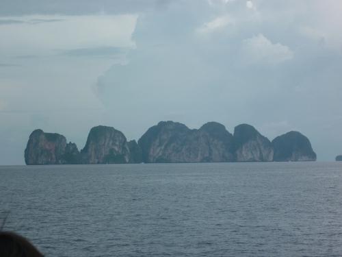 L'ile voisine de KHO PHI PHI, en arrivant en bateau