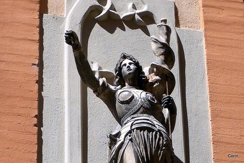 Une statue et une peinture décorative
