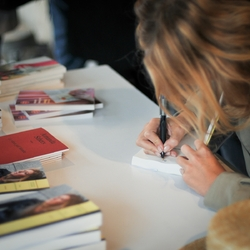 Signature Amanda Sthers à la librairie de Caussade (82)