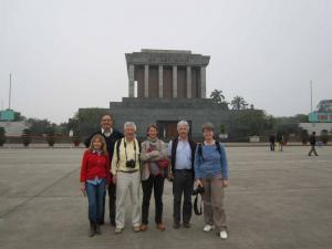 Devant le Mausole du president Ho Chi Minh