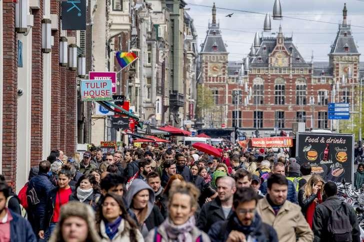« Le pire, c'est le vomi dans les jardinières » : Amsterdam en a assez des touristes