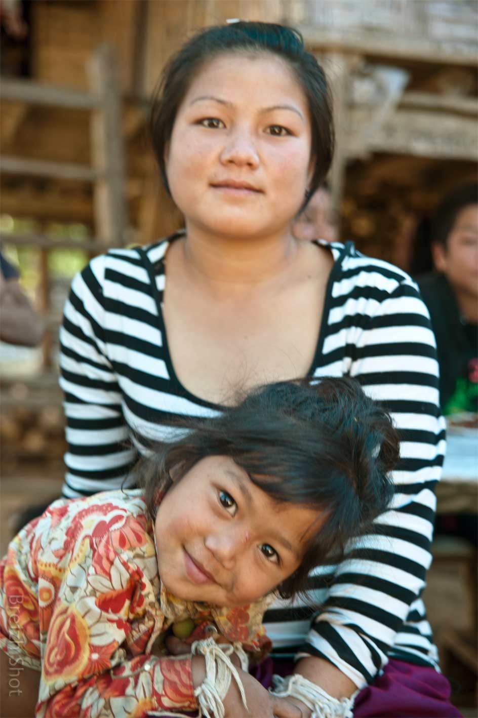 Femme Kamu et sa fille  à l'aise devant l'objectif