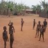 Bénin Enfants dans village de brousse