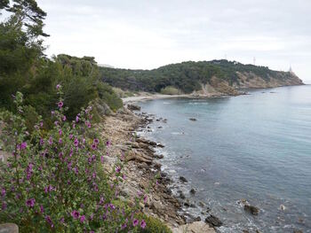 On approche de la plage de Cavalas