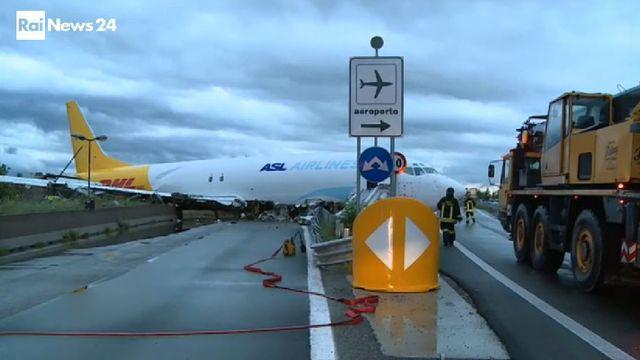 L'avion accidenté, filmé par les caméras de la Radiotelevisione Italiana publique ce vendredi.