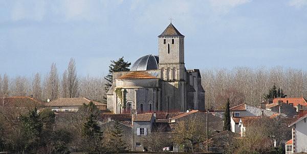 st romain de benet 9 l'église