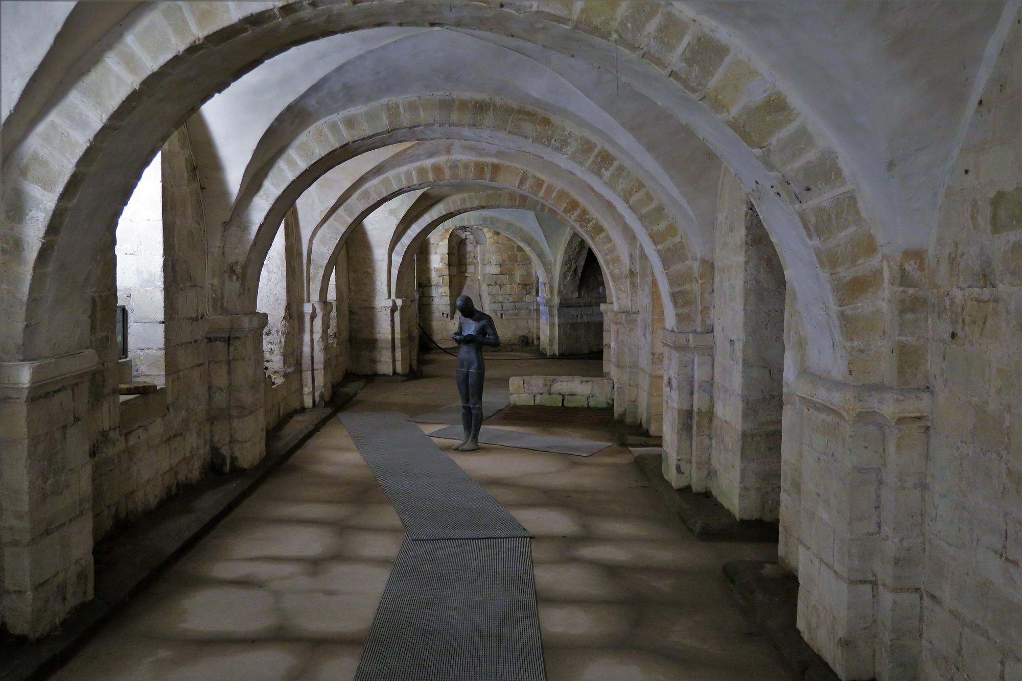 WINCHESTER, La Cathédrale : Vue sur la Crypte, toujours humide. L'eau peut atteindre la taille de la statue.