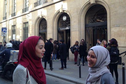 """A droite, une étudiante de Sciences Po qui porte le voile tous les jours. A gauche, une autre qui le porte le 20 avril 2016 en solidarité, lors du """"Hijab day""""."""